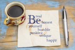 Seien Sie wirklich, ehrlich, bescheiden, positiv, einzigartig, sich und glücklich stockfotografie