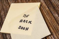 Seien Sie zurück bald, klebrig, Anmerkung lizenzfreies stockfoto