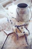 Seife, Lavendel, Salz und alte Dose auf hölzernem Brett Stockbild