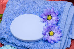Seife, Tuch und Blumen Stockbilder