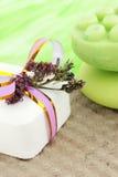 Seife und die trockenen Blumen Stockbilder
