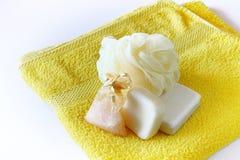 Seife und Schwamm auf Tuch Stockfotografie