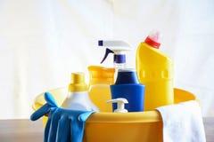 Seife und Waschlappen auf dem Tisch Abwischen für das Säubern Flaschenesprit Lizenzfreie Stockbilder