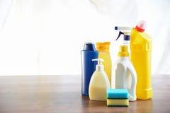 Seife und Waschlappen auf dem Tisch Abwischen für das Säubern Flaschenesprit Stockfotos