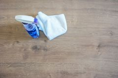 Seife und Waschlappen auf dem Tisch Abwischen für das Säubern Flaschenesprit Stockbild