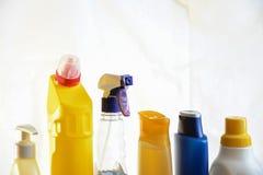 Seife und Waschlappen auf dem Tisch Abwischen für das Säubern Flaschenesprit Lizenzfreies Stockfoto