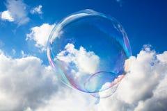 Seifen-Ballone gegen blauen Himmel 4 Stockbild