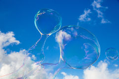 Seifen-Ballone gegen blauen Himmel 12 Stockfotos