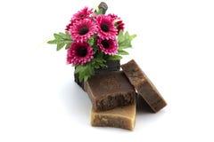 Seifen Sie Badekurort mit den künstlichen Blumen auf Weiß lokalisiert ein Stockfotografie