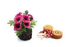 Seifen Sie Badekurort mit künstlichen Blumen auf weißem Hintergrund ein Lizenzfreies Stockfoto