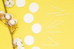 Seifen-, Tuch- und Blumenschneeglöckchen Flacher gelegter Hintergrund mit Baumwollniederlassung, Baumwollauflagen, ohrige Stöcke  stockbilder