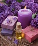 Seifen-, Tuch- und Blumenschneeglöckchen Seife, Öl, Kerze, Flieder lizenzfreies stockfoto