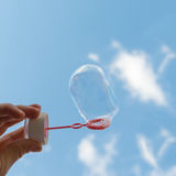 Seifenblase gegen den Himmel Stockfotografie