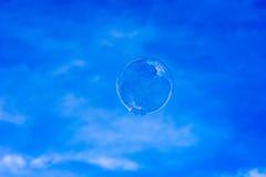 Seifenblasen, die oben in blauen Himmel schwimmen stockfotos