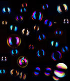Seifenluftblasen auf dunklem Hintergrund Stockfotos