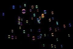 Seifenluftblasen auf einem schwarzen Hintergrund Stockfoto
