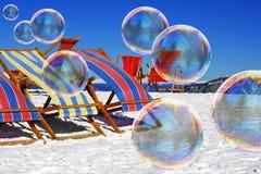 Seifenluftblasen auf Schnee Lizenzfreie Stockfotos