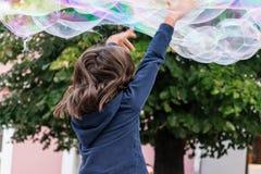 Seifenluftblasen und -mädchen Stockfotografie