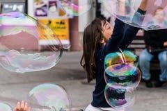 Seifenluftblasen und -mädchen Stockfotos