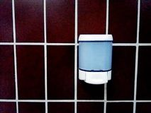 Seifenspender auf der Badezimmerwand Stockfoto