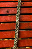 Seil auf einem Hintergrund von roten Brettern Stockbild