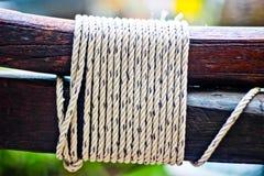 Seil auf einer Holzoberfläche Lizenzfreie Stockfotografie