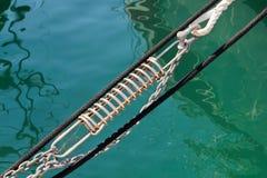 Seil auf Plattform der Yacht Stockfotos