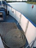 Seil auf Schiffsschreibtisch Stockfoto