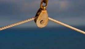 Seil auf Seilrolle gegen blauen Hintergrund stockbilder