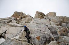 Seil, das auf einem felsigen Berg klettert Stockbilder