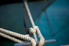 Seil, das Yacht am Pier bindet Stockfotografie
