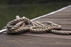 Seil gebunden am Hafen Lizenzfreies Stockbild