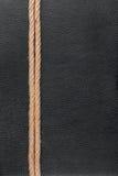 Seil liegt auf natürlichem Leder Stockfotografie
