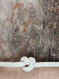 Seil mit Jutefaser und altem Holz stockbild