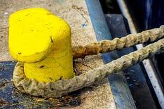 Seil mit verankertem Schiff Stockfoto