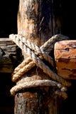 Seil, Nagel und hölzerne Oberfläche Lizenzfreie Stockfotos