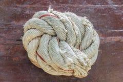 Seil und Knoten auf einem Brett Stockfotos