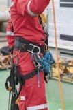 Seil-Zugangsausrüstung des Inspektormannes tragende Stockbild