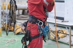 Seil-Zugangsausrüstung des Inspektormannes tragende Lizenzfreies Stockbild