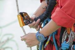 Seil-Zugangsausrüstung des Inspektormannes tragende Lizenzfreie Stockfotos