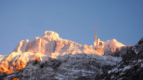 Seilbahnstation im Winter auf einem Berg in den Schweizer Alpen Stockfotografie