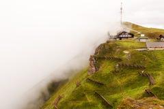 Seilbahnstation Luftseilbahn Wengen-Männlichen im Nebel Stockbilder