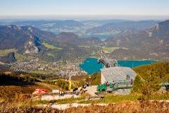 Seilbahnstation und eine Ansicht von einem Berg Stockfoto