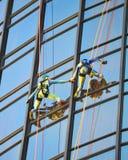 Seilbergsteiger, die hinunter Bonaventure Hotel In Los Angeles rappelling sind Lizenzfreie Stockbilder