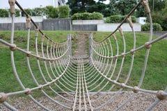 Seilbrücke in einem Schulgarten Stockfoto