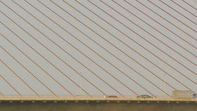 Seilbrücke und Riemen der Brücke mit Verkehr stock video