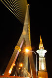 Seilbrücken-Nacht-scape Thailands Rama 8 lizenzfreie stockbilder