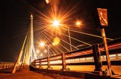 Seilbrücken-Nacht-scape Thailands Rama 8 lizenzfreie stockfotografie