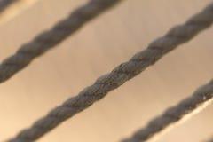 Seile auf braunem Hintergrund stockfotografie