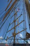 Seile auf dem Mast des Segelboots an einem sonnigen Tag stockfotografie
